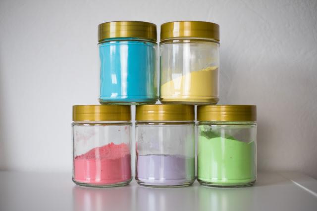 Fertiges Holi-Pulver in Gläser gefüllt